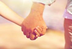Старший человек и ребенок держа руки Стоковая Фотография RF