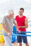 Старший человек идя с помощью тренера Стоковая Фотография