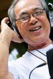 Старший человек наслаждаясь музыкой стоковое изображение rf