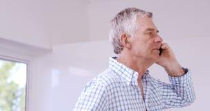 Старший человек на телефонном звонке акции видеоматериалы