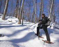 Старший человек на Snowshoes Стоковое Изображение