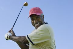 Старший человек отбрасывая гольф-клуб стоковое изображение rf