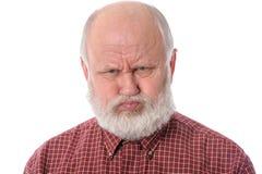 Старший человек показывает возмущённое выражение лица, изолированное на белизне стоковое фото