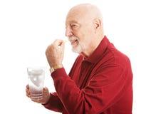 Старший человек - принимать рыбий жир Стоковая Фотография RF