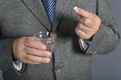 Старший человек принимая медицину с стеклом воды Стоковая Фотография RF