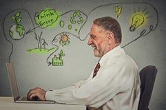Старший человек работая на компьютере разрешая проблемы экологичности Стоковая Фотография