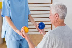 Старший человек разрабатывая с его терапевтом Стоковые Фото