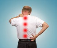 Старший человек с более низкой и верхней болью в спине стоковая фотография