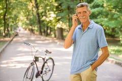 Старший человек с велосипедом стоковое изображение rf