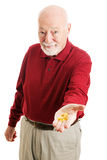 Старший человек с рыбьим жиром омеги 3 Стоковое фото RF