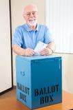 Старший человек с урной для избирательных бюллетеней Стоковая Фотография RF