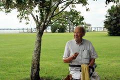 Старший человек S560 есть донут Стоковое Фото