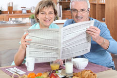 старший чтения газеты пар Стоковое Изображение