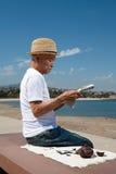 старший чтения газеты человека Стоковые Изображения