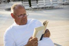 старший чтения человека ослабляя Стоковая Фотография