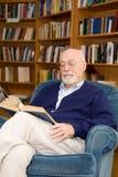 старший чтения человека Стоковое Фото