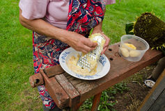 Старший шредер стали картошек корки решетки женщины Стоковые Фотографии RF