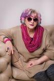 Старший элегантный яркий интерьер женщины дома Стоковая Фотография RF