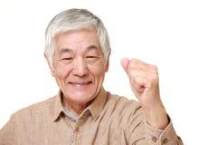 Старший японский человек в представлении победы Стоковые Фотографии RF