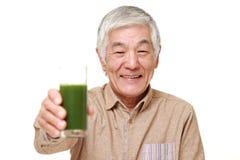Старший японский человек с зеленым vegetable соком Стоковые Изображения RF