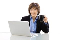 старший coffe коммерсантки выпивая Стоковая Фотография