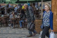 Старший homless человек идя на улицу стоковая фотография