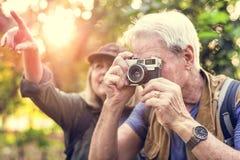 Старший trekker принимая фото с камерой фильма Стоковая Фотография