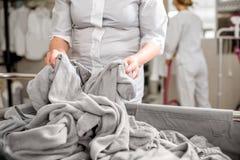 Старший washwoman работая в прачечной Стоковое фото RF