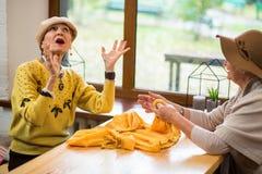 2 старших женщины внутри помещения стоковая фотография