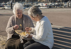 2 старших женщины есть обломоки на стенде outdoors Стоковые Изображения RF