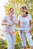 2 старших женщины имея потеху играя бадминтон Стоковая Фотография RF