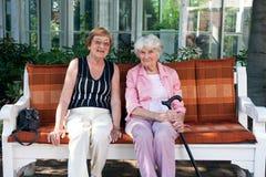 2 старших женщины наслаждаясь днем outdoors Стоковое Фото