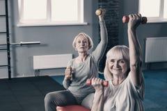 2 старших женщины разрабатывая с гантелями Стоковое фото RF