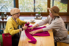 2 старших женщины с одеждами Стоковое Фото