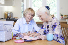 2 старших женщины шить лоскутное одеяло совместно Стоковые Изображения RF