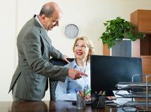 2 старших коллеги в офисе Стоковое Изображение