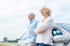 2 старших люд усмехаясь с уверенностью пока полагающся на их Стоковые Фото