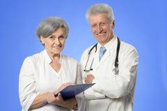 2 старших доктора на сини Стоковые Изображения