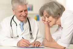 2 старших доктора на таблице Стоковые Изображения