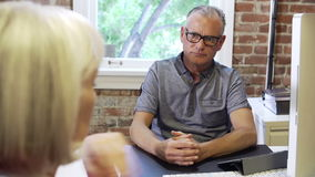 2 старших предпринимателя имея встречу в студии дизайна сток-видео