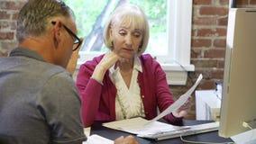 2 старших предпринимателя имея встречу в студии дизайна видеоматериал