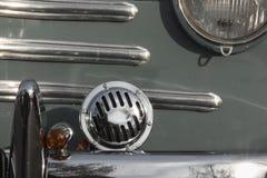 Старые автомобили: Конец-вверх гриля Renault 4CV мифический французский автомобиль стоковые изображения