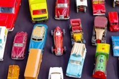 Старые автомобили игрушки показанные на магазине старья стоковое изображение rf