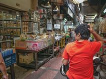 Старые азиатские женщины потерянные в городке фарфора стоковые фото