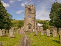 Старые английские церковь и двор могилы Стоковое Изображение RF