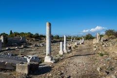 Старые античные руины виска на среднеземноморском побережье Турции Стоковые Фотографии RF