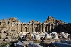 Старые античные руины виска на среднеземноморском побережье Турции Стоковые Изображения RF