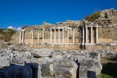 Старые античные руины виска на среднеземноморском побережье Турции Стоковое Фото