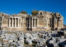 Старые античные руины виска на среднеземноморском побережье Турции Стоковое Изображение RF