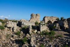 Старые античные руины виска на среднеземноморском побережье Турции Стоковая Фотография